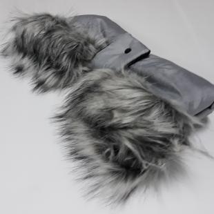 Luxusní rukávník na kočárek světle šedý s kožíškem 3