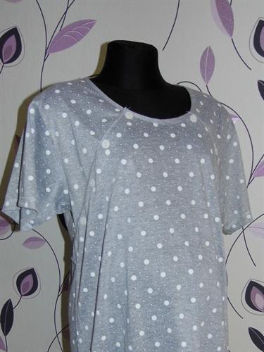 Kojící noční košile propínací šedá s puntíky