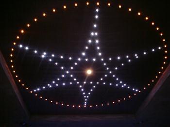 detail osvětleného stropu - hvězdné nebe