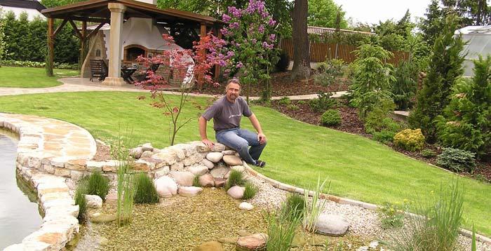 Řez zahradním jezírkem