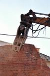 Demolice tovarniho komina - strojni bourani 1